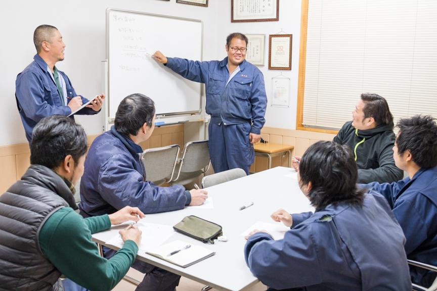 障がい者指導支援ワーキンググループで話し合っている写真