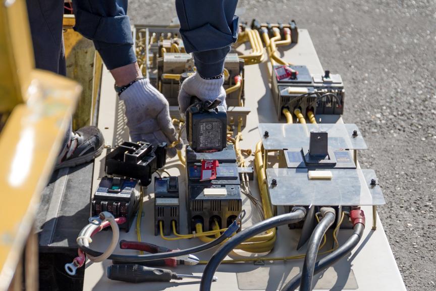解体中の電子電気機器の写真