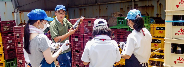 中学生の工場見学の写真