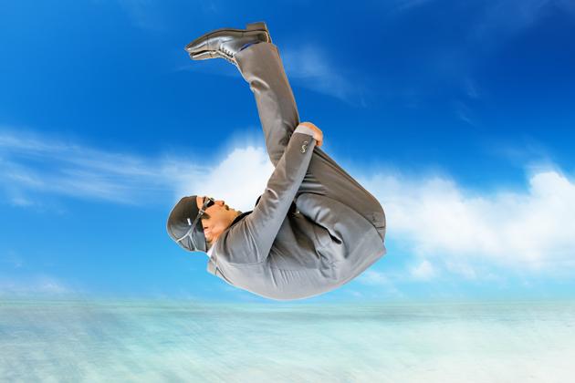スーツのまま海に飛び込みをキメている写真